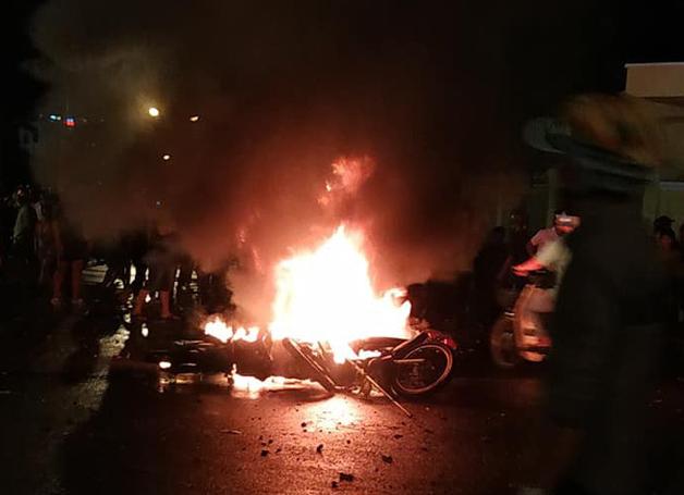 Giám đốc công an Bình Thuận bác tin có người tử vong trong vụ đám đông đập phá trụ sở UBND tỉnh - Ảnh 1.