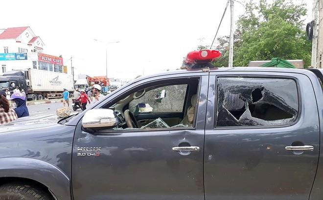 Đám đông quá khích đập phá, đốt xe tại UBND tỉnh Bình Thuận: Nhiều chiến sĩ bị thương - Ảnh 1.