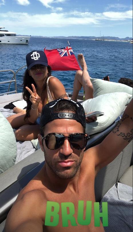 Fabregas quên sầu World Cup, bay lắc trong chuyến du hý với cô vợ nóng bỏng - Ảnh 1.