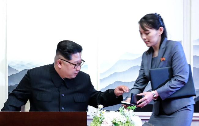 Ông Kim Jong-un không dùng bút có sẵn mà dùng bút em gái đưa để kí thỏa thuận - Ảnh 2.
