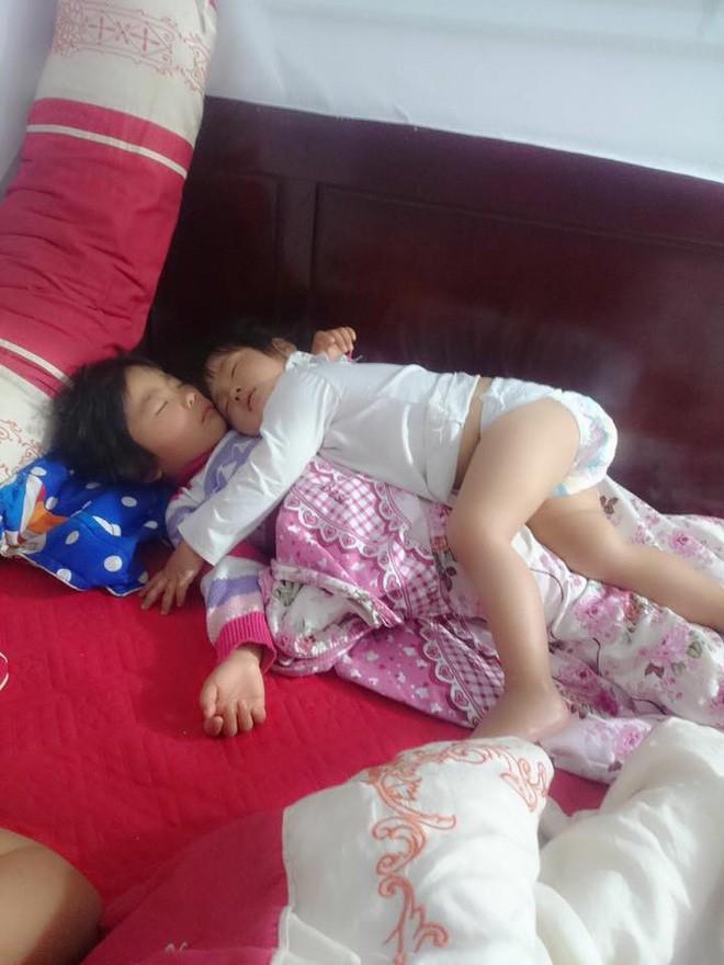 Khoảnh khắc 3 giờ sáng, hai con trứng gà trứng vịt nằm chồng lên nhau ngủ khiến trái tim ông bố đi làm về muộn tan chảy  - Ảnh 2.