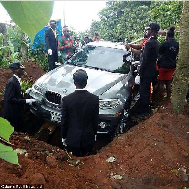 Con trai chôn cất bố trong chiếc BMW mới toanh vì khi bố còn sống chưa kịp mua tặng - Ảnh 1.