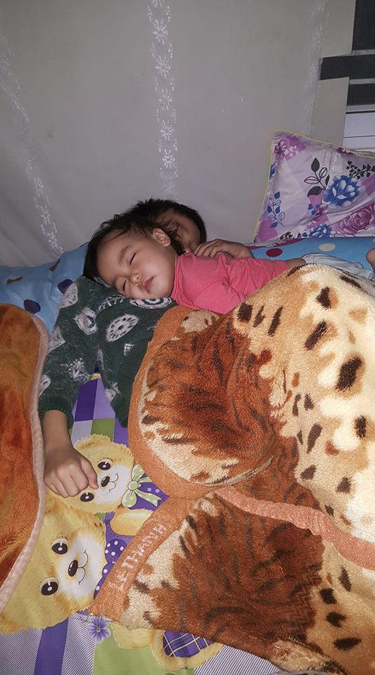 Khoảnh khắc 3 giờ sáng, hai con trứng gà trứng vịt nằm chồng lên nhau ngủ khiến trái tim ông bố đi làm về muộn tan chảy  - Ảnh 3.