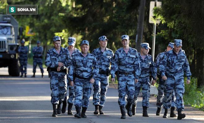 Nga bất ngờ điều xe bọc thép và lính quây kín khách sạn của ĐT Anh - Ảnh 1.