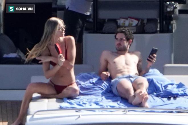 Nằm cạnh bạn gái siêu mẫu, ngôi sao hết thời người Brazil lại mải mê... nghịch điện thoại - Ảnh 1.