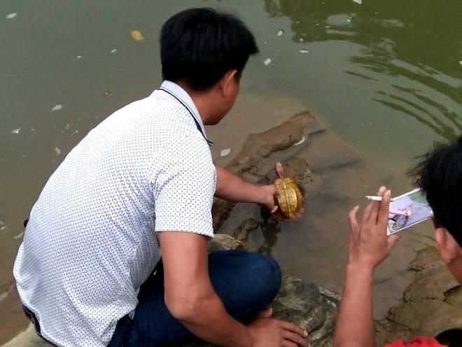 Thấy hai thanh niên mang rùa vàng từ rừng ra, người dân mua rồi thả về tự nhiên - Ảnh 2.
