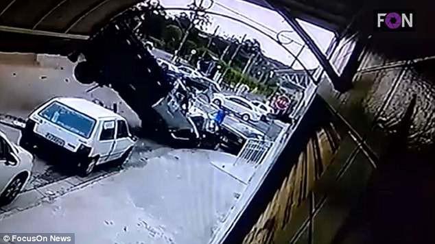 Clip: Xe tải mất lái lao lề đường gây tai nạn nghiêm trọng - Ảnh 2.