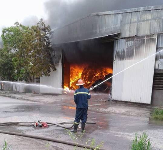 Cháy lớn tại nhà xưởng, cột khói đen bốc cao hàng trăm mét - Ảnh 7.