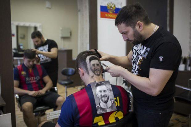 Dịch vụ khắc hình Messi, Ronaldo sau đầu nở rộ mùa World Cup - Ảnh 1.