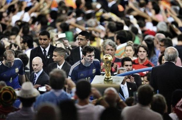 World Cup 2014: Suarez hóa điên và ánh mắt buồn của Messi - Ảnh 4.