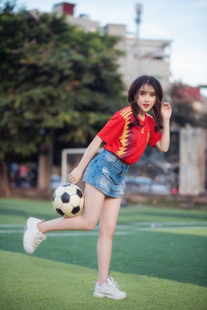 Danh tính 2 cô gái xinh khoe dáng nóng bỏng trên sân cỏ hưởng ứng World Cup 2018 - Ảnh 4.
