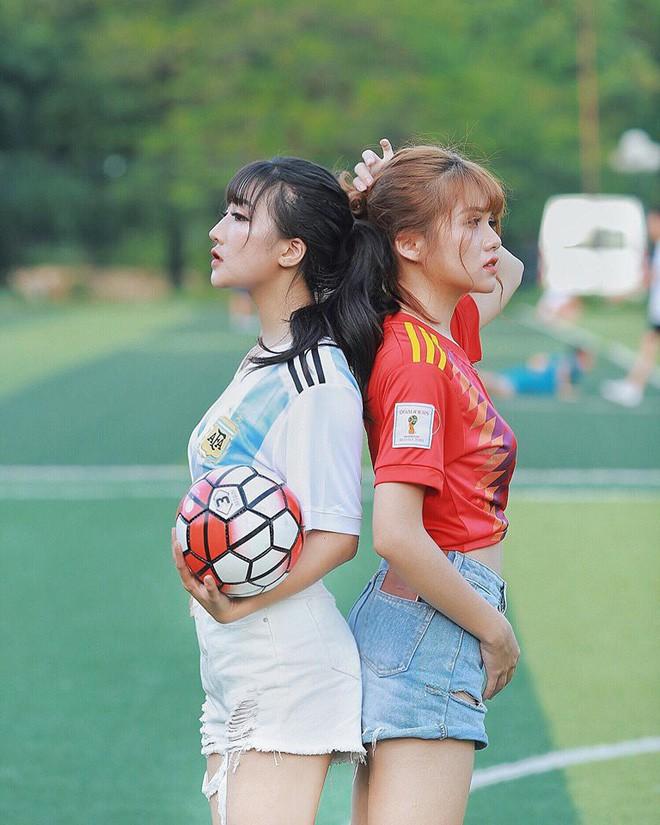 Danh tính 2 cô gái xinh khoe dáng nóng bỏng trên sân cỏ hưởng ứng World Cup 2018 - Ảnh 10.