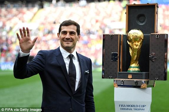 Khai mạc World Cup 2018: Iker Casillas khoe cúp vàng với toàn thế giới - Ảnh 9.