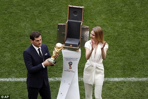 Khai mạc World Cup 2018: Iker Casillas khoe cúp vàng với toàn thế giới - Ảnh 8.