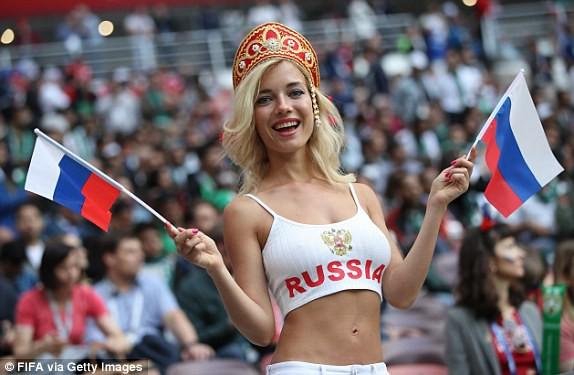Khai mạc World Cup 2018: Iker Casillas khoe cúp vàng với toàn thế giới - Ảnh 4.