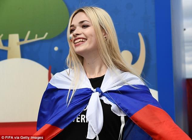Khai mạc World Cup 2018: Iker Casillas khoe cúp vàng với toàn thế giới - Ảnh 12.