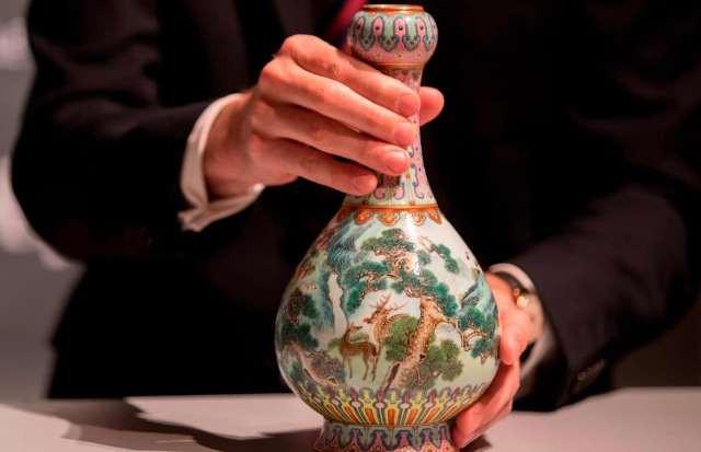 Lọ hoa cũ trên gác mái bán được hơn 400 tỷ đồng - Ảnh 1.