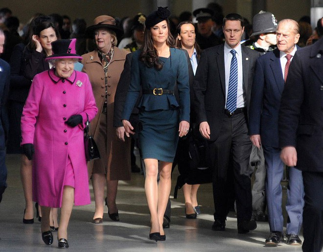 Thần thái xuất chúng của Công nương Kate trong chuyến đi đầu tiên với Nữ hoàng Anh gây sốt trở lại - Ảnh 1.