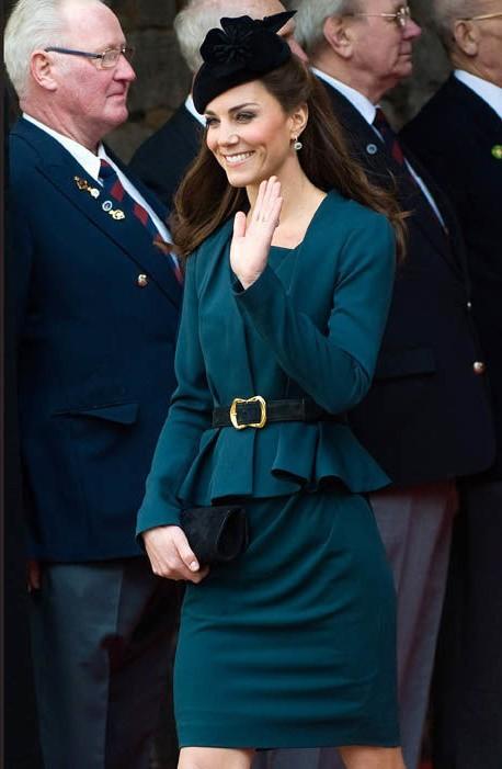 Thần thái xuất chúng của Công nương Kate trong chuyến đi đầu tiên với Nữ hoàng Anh gây sốt trở lại - Ảnh 2.