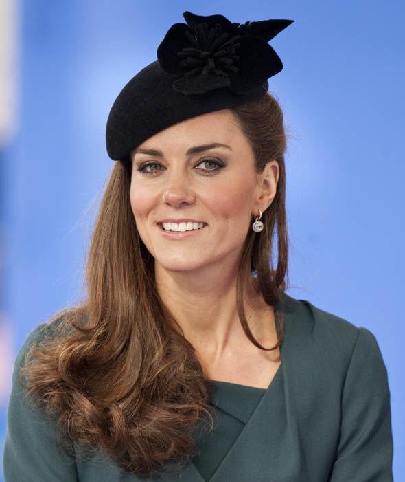 Thần thái xuất chúng của Công nương Kate trong chuyến đi đầu tiên với Nữ hoàng Anh gây sốt trở lại - Ảnh 3.