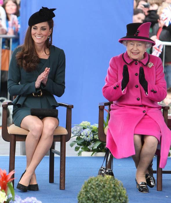Thần thái xuất chúng của Công nương Kate trong chuyến đi đầu tiên với Nữ hoàng Anh gây sốt trở lại - Ảnh 4.