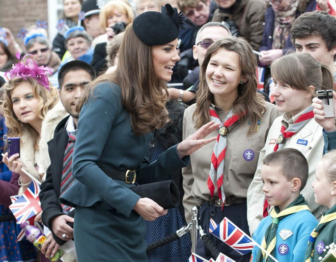 Thần thái xuất chúng của Công nương Kate trong chuyến đi đầu tiên với Nữ hoàng Anh gây sốt trở lại - Ảnh 5.