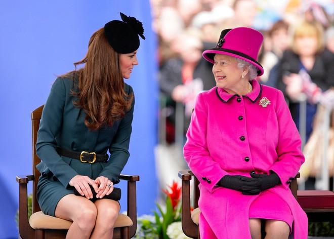 Thần thái xuất chúng của Công nương Kate trong chuyến đi đầu tiên với Nữ hoàng Anh gây sốt trở lại - Ảnh 7.