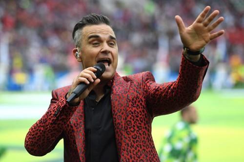Ca sĩ Robbie Williams có hành động phản cảm, gây phẫn nộ trong lễ khai mạc World Cup 2018 - ảnh 2