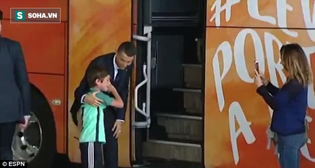 Lao ra khỏi chiếc xe buýt, Ronaldo thực hiện một cử chỉ làm 'đốn tim' hàng triệu CĐV 1