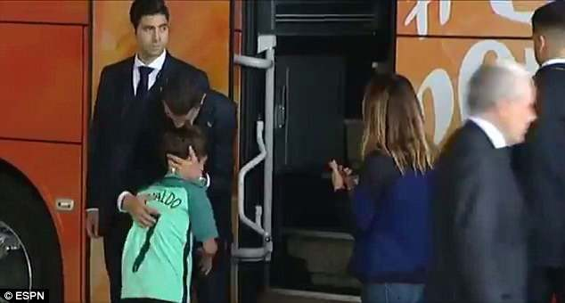 Lao ra khỏi chiếc xe buýt, Ronaldo thực hiện một cử chỉ làm 'đốn tim' hàng triệu CĐV 3