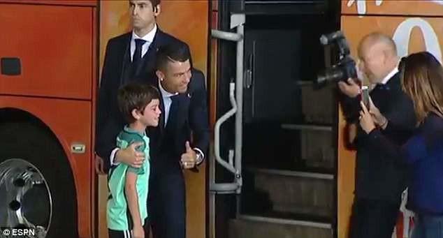 Lao ra khỏi chiếc xe buýt, Ronaldo thực hiện một cử chỉ làm 'đốn tim' hàng triệu CĐV 2