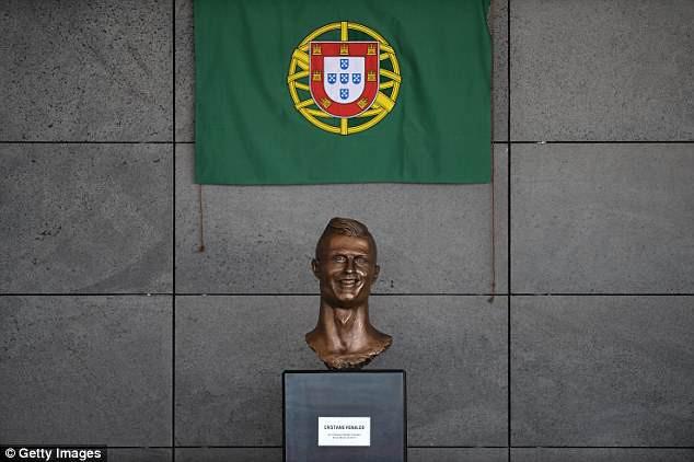 Lao ra khỏi chiếc xe buýt, Ronaldo thực hiện một cử chỉ làm 'đốn tim' hàng triệu CĐV 4