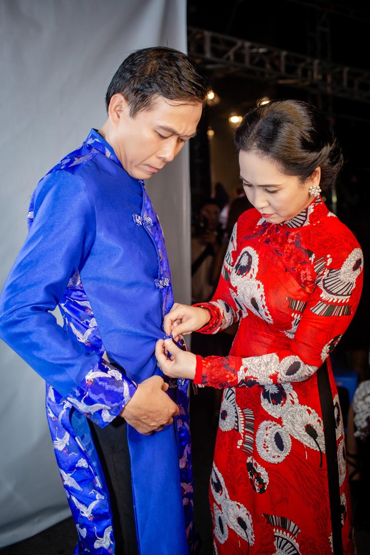 NSND Lan Hương khiến mọi người nể phục khi tự tay khâu áo cho chồng