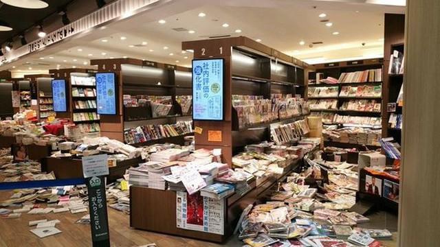 Tính kỉ luật số 1 của người Nhật: Động đất 6,1 độ richter, người dân vẫn bình tĩnh xếp hàng để di chuyển về nhà  - Ảnh 1.