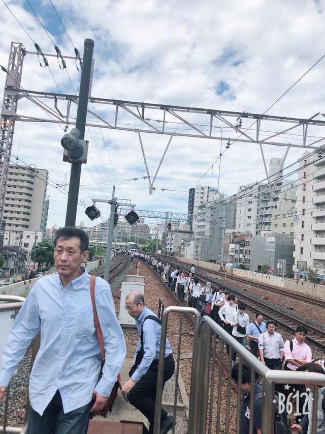 Tính kỉ luật số 1 của người Nhật: Động đất 6,1 độ richter, người dân vẫn bình tĩnh xếp hàng để di chuyển về nhà  - Ảnh 2.