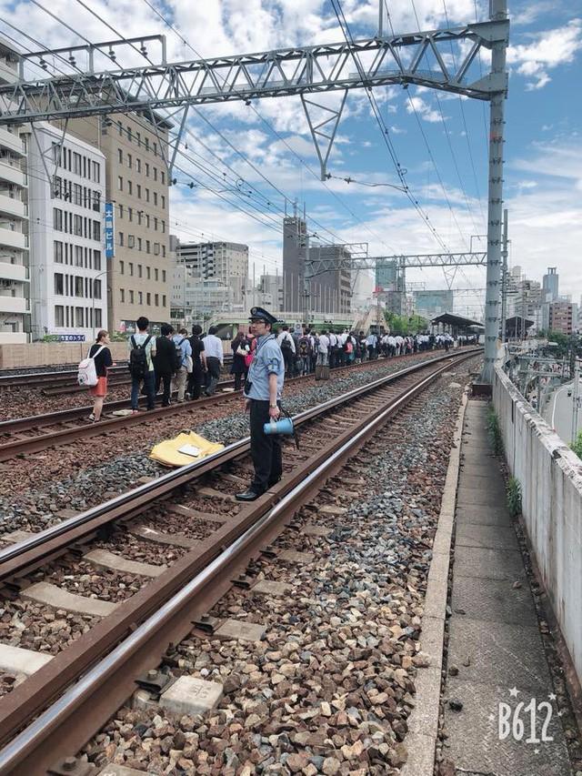 Tính kỉ luật số 1 của người Nhật: Động đất 6,1 độ richter, người dân vẫn bình tĩnh xếp hàng để di chuyển về nhà  - Ảnh 3.