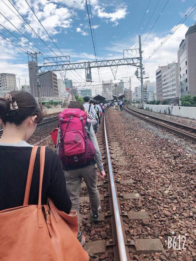 Tính kỉ luật số 1 của người Nhật: Động đất 6,1 độ richter, người dân vẫn bình tĩnh xếp hàng để di chuyển về nhà  - Ảnh 4.