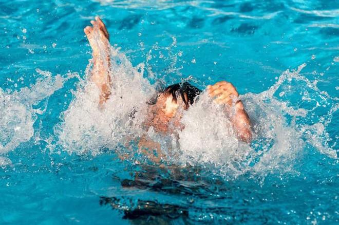 Phòng chống đuối nước: Những điều mà ngay cả người biết bơi cũng cần nắm chắc để sống sót khi đi bơi - Ảnh 3.