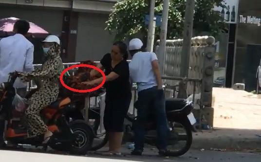 Dừng bên đường mua hoa quả, người phụ nữ không ngờ lại đẩy bản thân vào tình cảnh trớ trêu