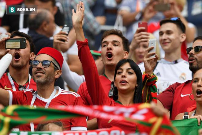 Đến sân cổ vũ Ronaldo, Georgina tự hào khoe nhẫn kim cương giá 18 tỉ - Ảnh 1.