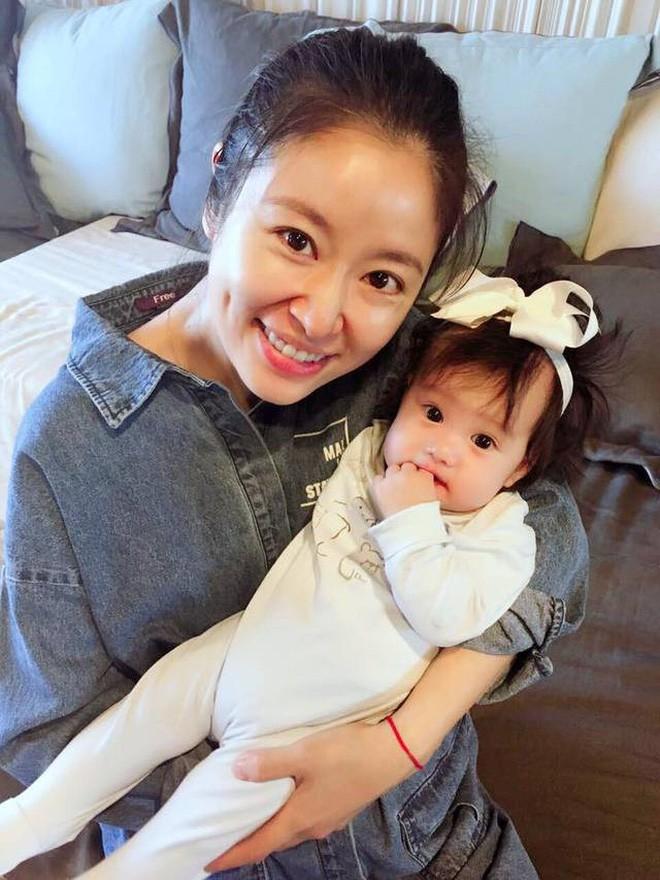 4 bà mẹ nổi tiếng của làng giải trí Hoa Ngữ: Xinh đẹp là thế nhưng cũng nhiều lần nhan sắc khác lạ đến không nhận ra - ảnh 1