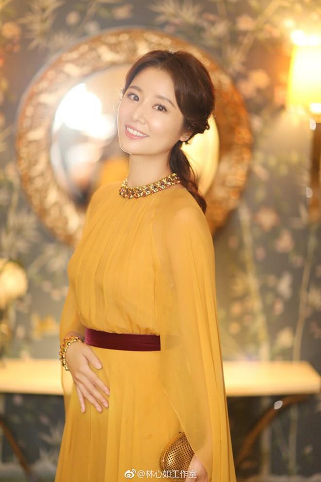 4 bà mẹ nổi tiếng của làng giải trí Hoa Ngữ: Xinh đẹp là thế nhưng cũng nhiều lần nhan sắc khác lạ đến không nhận ra - ảnh 3