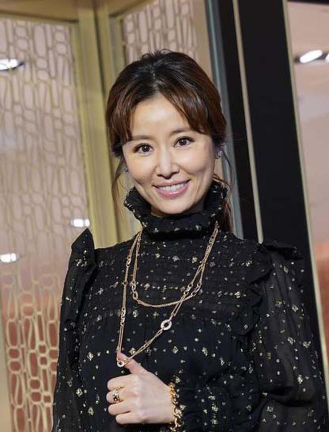 4 bà mẹ nổi tiếng của làng giải trí Hoa Ngữ: Xinh đẹp là thế nhưng cũng nhiều lần nhan sắc khác lạ đến không nhận ra - ảnh 9