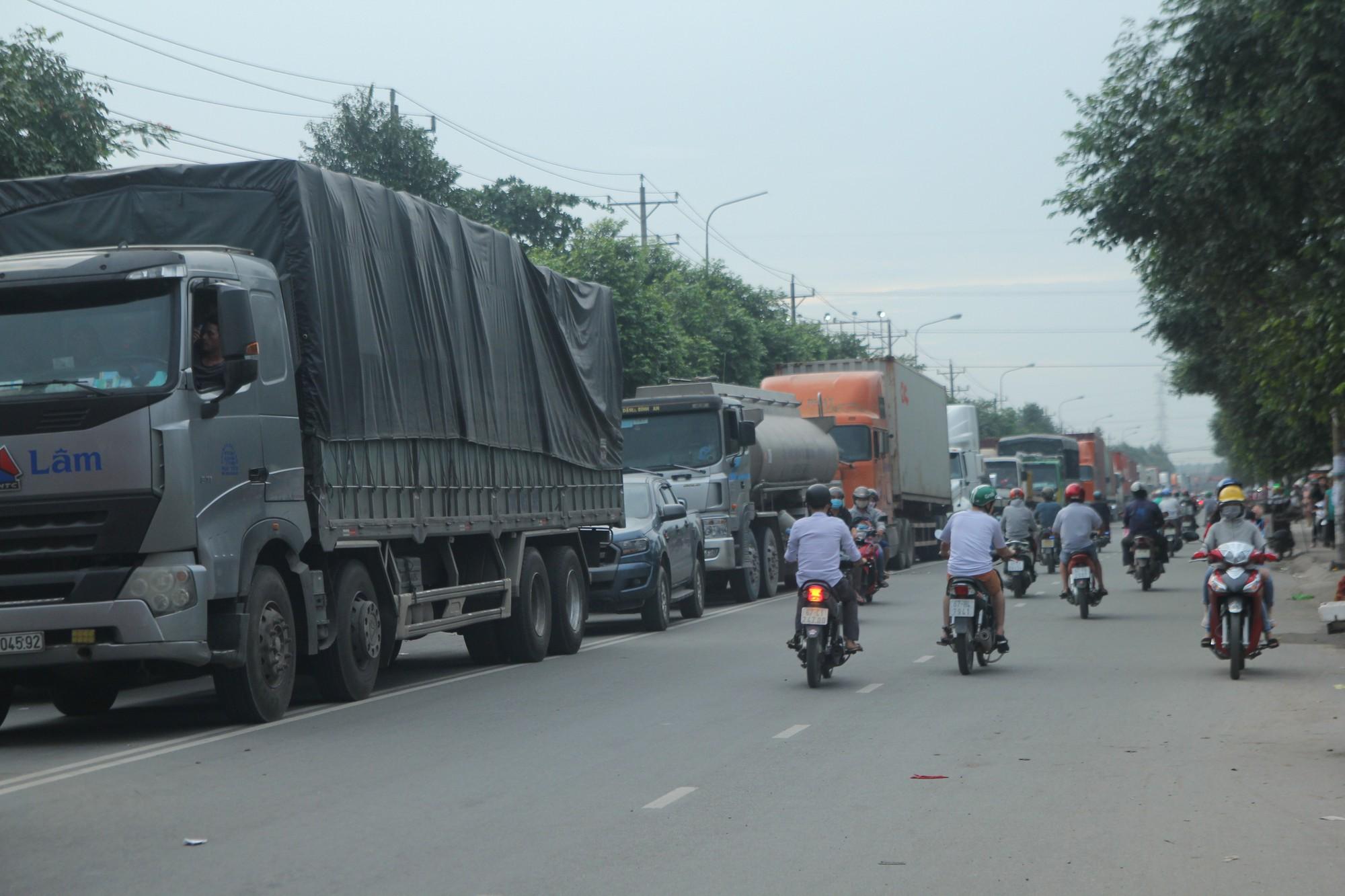 Hàng trăm phương tiện chôn chân trên đường, giao thông tê liệt - Ảnh 4.