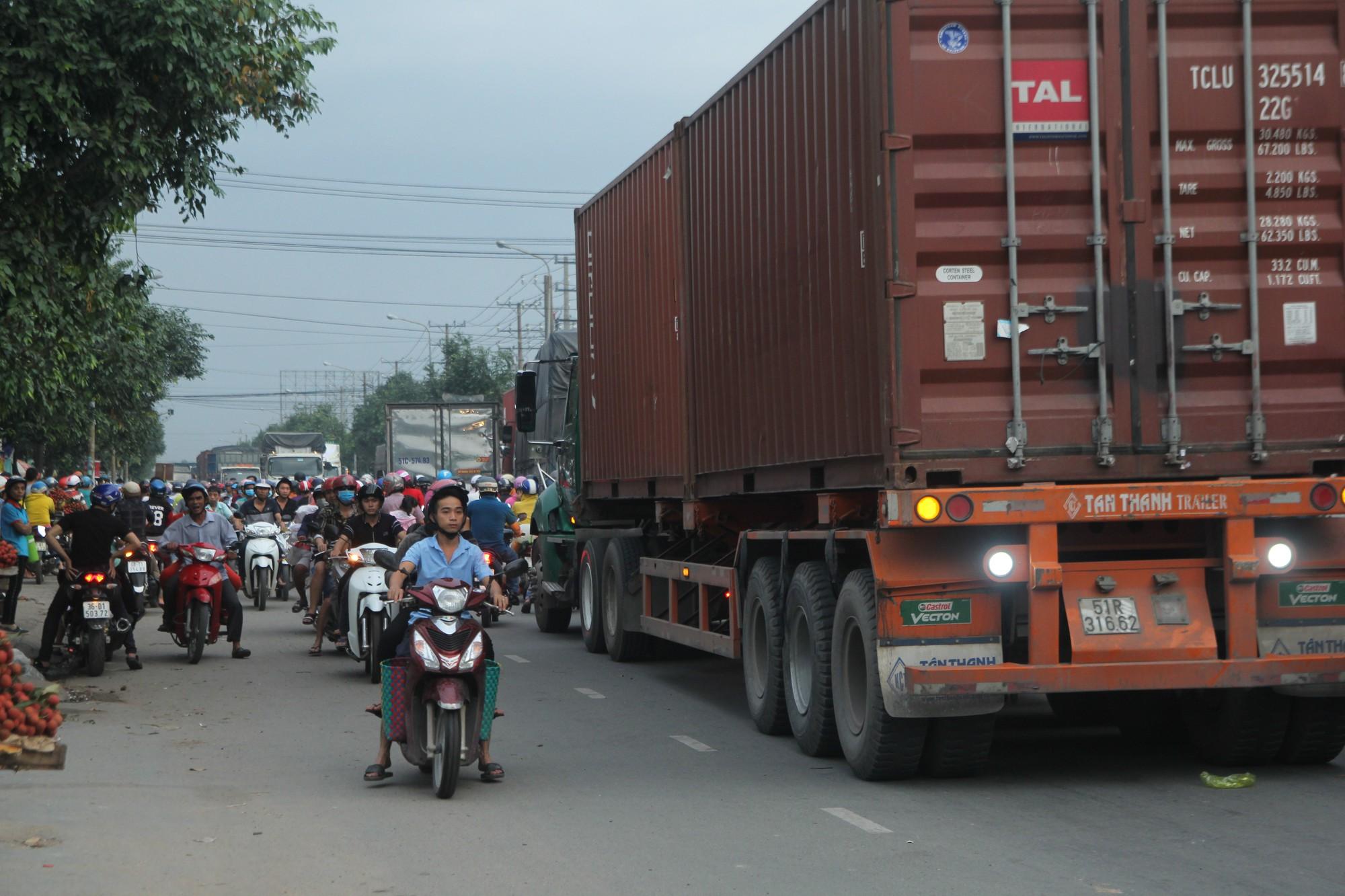 Hàng trăm phương tiện chôn chân trên đường, giao thông tê liệt - Ảnh 3.