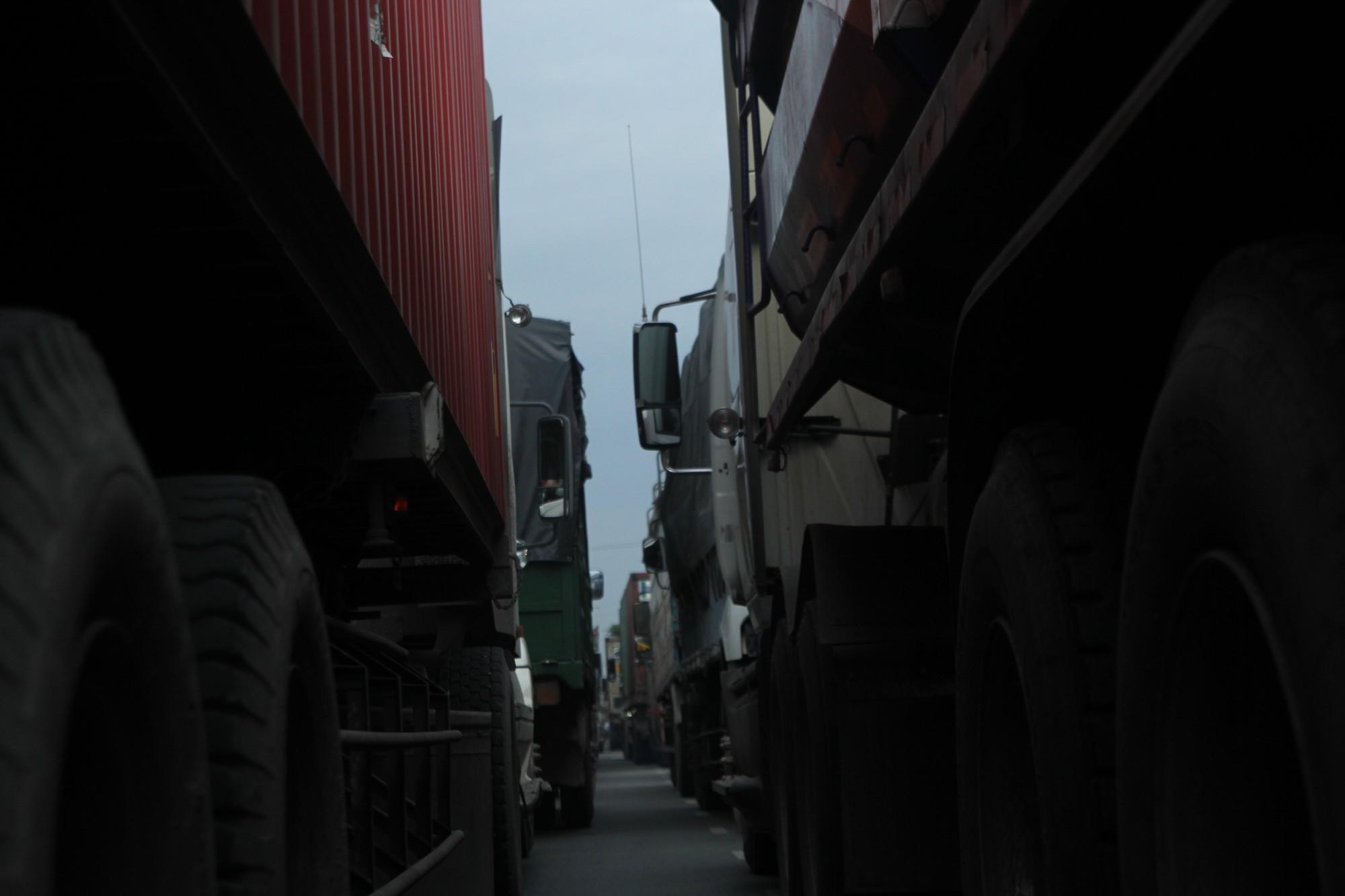 Hàng trăm phương tiện chôn chân trên đường, giao thông tê liệt - Ảnh 2.
