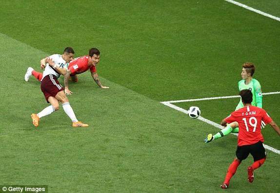 """Mexico đánh bại Hàn Quốc bằng 2 cú đòn chí mạng, đẩy Đức vào thế """"tim đập chân run"""" - Ảnh 2."""