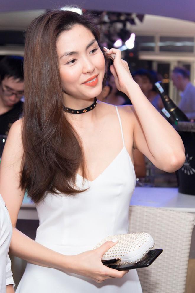 Diện đồ bơi liền mảnh, Hà Tăng lại khiến fan nức nở với tấm lưng trần gợi cảm - Ảnh 1.