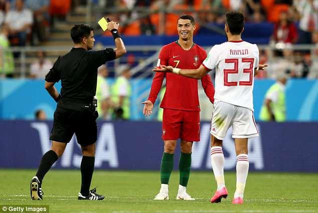 Tranh cãi gay gắt quanh tình huống Ronaldo thoát thẻ đỏ trực tiếp nhờ VAR - Ảnh 3.