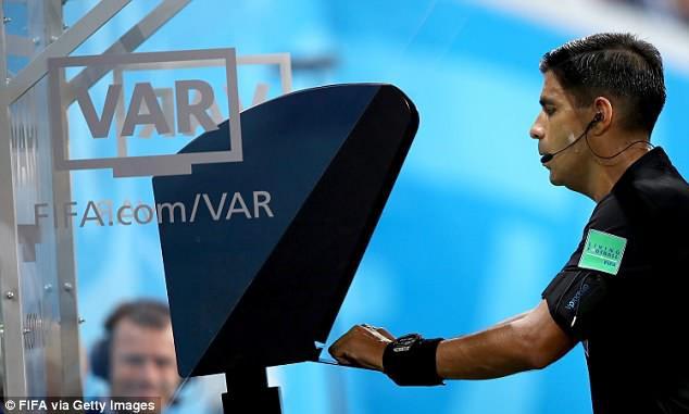Tranh cãi gay gắt quanh tình huống Ronaldo thoát thẻ đỏ trực tiếp nhờ VAR - Ảnh 2.